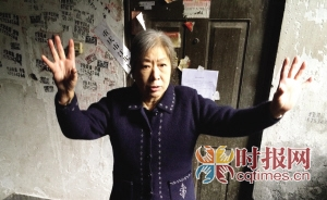 昨日下午,江北小苑附近一居民楼,73岁的周婆婆讲述她在火灾发生时通知邻居逃生的经过
