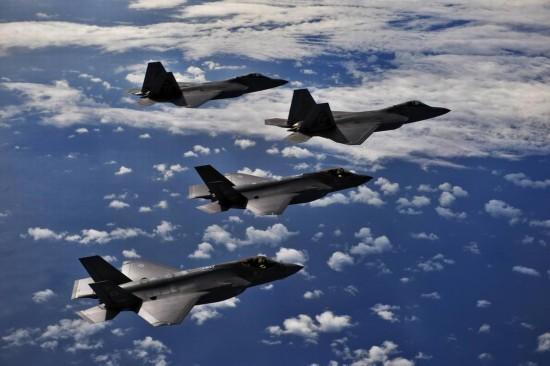 高清:美军两款五代机F-22和F-35A进行对抗训练