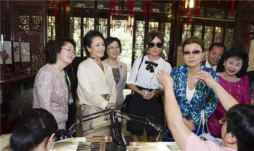 2014年5月21日,彭丽媛邀请出席亚信上海峰会的部分国家领导人夫人图片