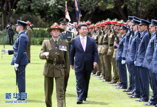 11月20日,中国国家主席习近平在惠灵顿总督府出席新西兰总督迈特帕里举行的欢迎仪式。 新华社记者姚大伟 摄