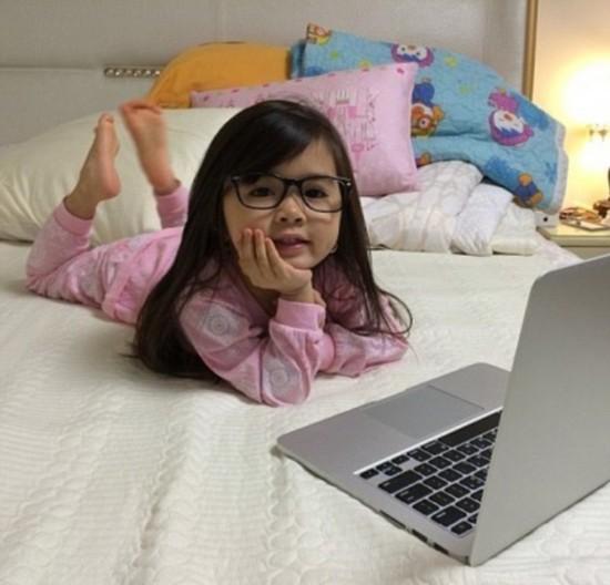 5岁混血小萝莉 一萌变土豪图片