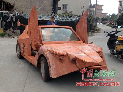 余接涛手工打造的红木跑车。