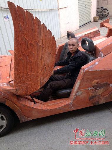 余接涛坐在红木跑车内。
