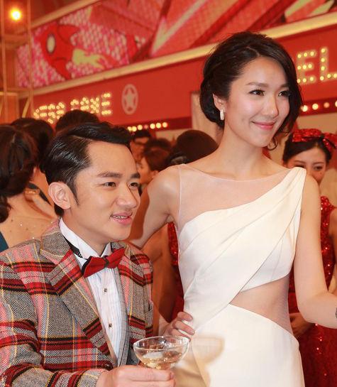 王祖蓝求婚高挑女友成功 围观体坛别样求婚