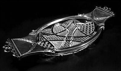 俄罗斯银边大水晶盘,为俄罗斯国家制作的最为精美制品之一。使用大块水晶精心雕刻而成,上面刻满粗细不同、深浅不等、错落有致的花纹。再镶在银边上,更显精美华贵。