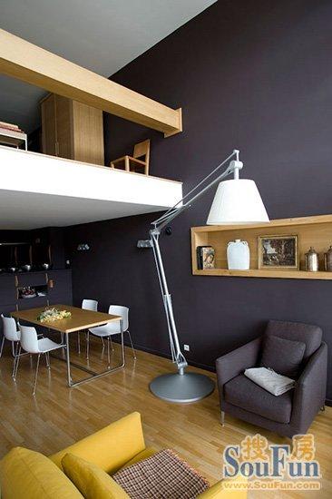 在餐廳和廚房上方的空間構筑起一個隔層,作為書房使用.