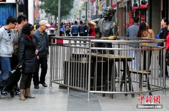 """武汉江汉路步行街上充满汉味""""下棋的""""和""""卖热干面的""""两尊铜像雕塑都被"""