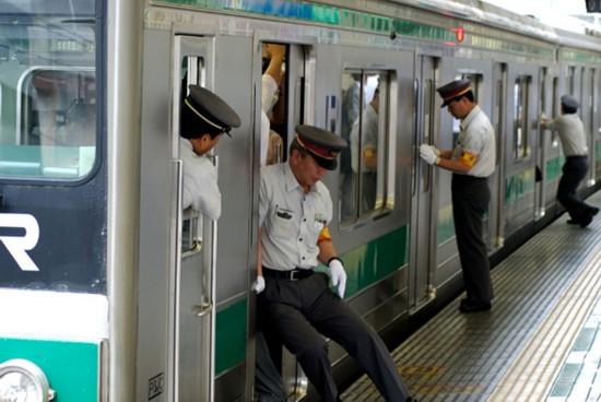 日本地铁_日本东京地铁因乘客过多致车厢玻璃破裂(图)【6】