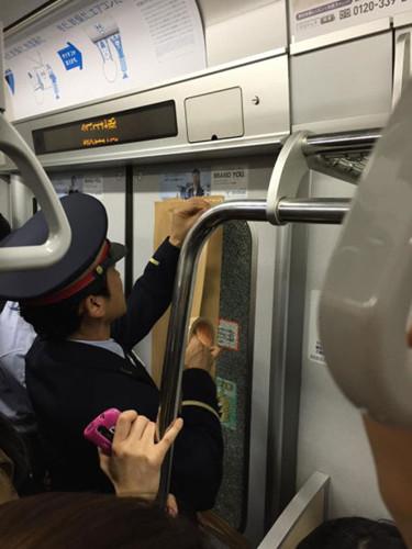 日本东京地铁因乘客过多致车厢玻璃破裂(图)