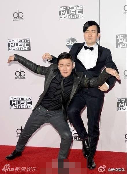 太穿越!筷子兄弟全美音乐奖红毯秀经典pose