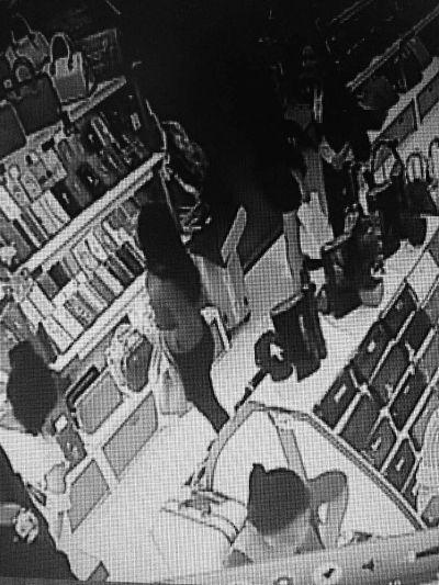 海口:穿着时尚女子佯装买东西盗窃 警方介入