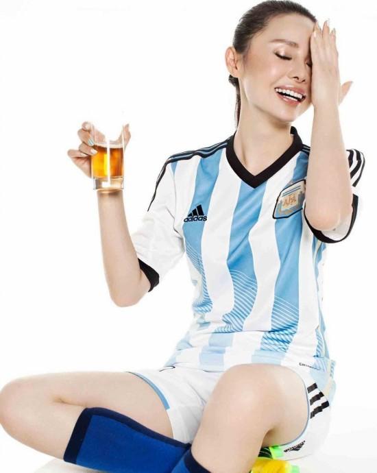 朱晓琳拍摄世界杯宣传照,身着巴西和阿根廷球衣,大露性感图片
