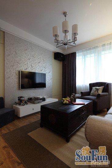 客厅电视背景墙,简单线条造型和墙纸装饰,旁边的单人小沙发很漂亮
