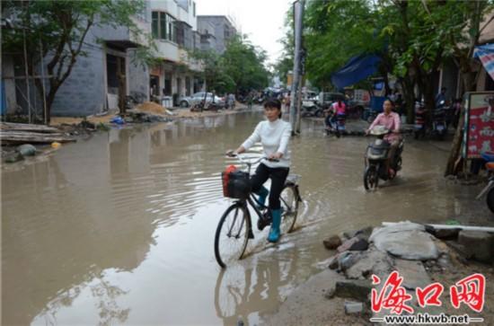 """灵山新市墟""""东首路""""长期积水 影响市民生活"""