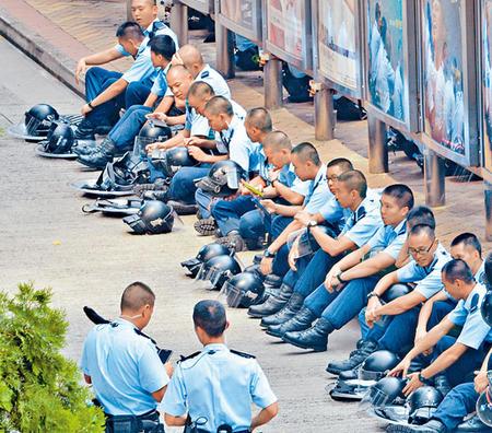 香港警长因占中加班200小时诱发心脏病命危