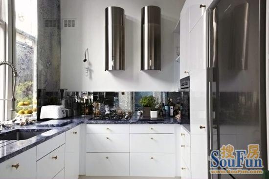 l型的厨房设计相当常规,充足的采光搭配蓝白相间的橱柜