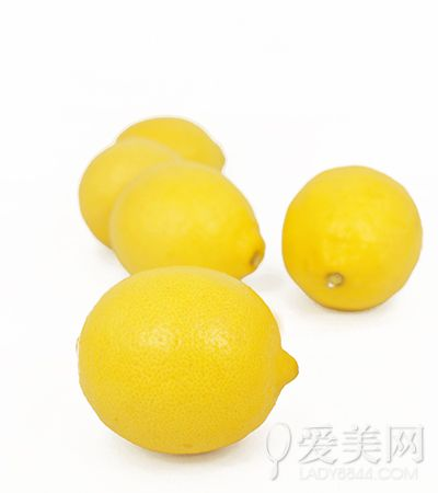 柠檬会让牙齿变色!这些食物都是