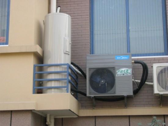 目前市面上大部分的空气能热水器设计正常工作温度在0-40摄氏度,受环境温度影响较大。因此在环境温度较高的南方,空气能热水器的表现要比在北方好。以一家3-5口人为例,需要120L以上的水箱,这样大的尺寸会占用较大空间,一般用户会选择安装在阳台。