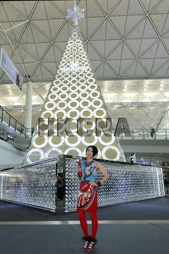 巨型圣诞树香港机场迎客由百万颗水晶打造(图)