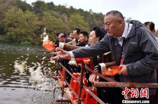 红军后代湘江之畔祭湘江战役英烈