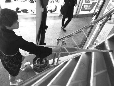 海口:顾客鞋店摔骨折 都是楼梯惹的祸?