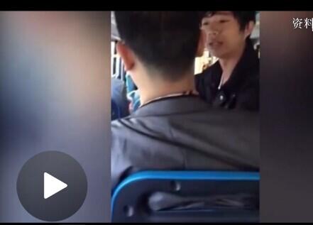 实拍男子公交车上吃瓜子乱丢壳被人暴打