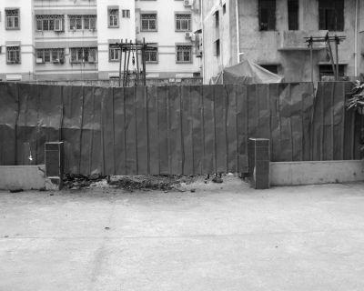 走了10多年便道被挡住 居民图方便爬梯翻墙
