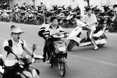 中学生骑电动车上学险象环生 方便危险同行