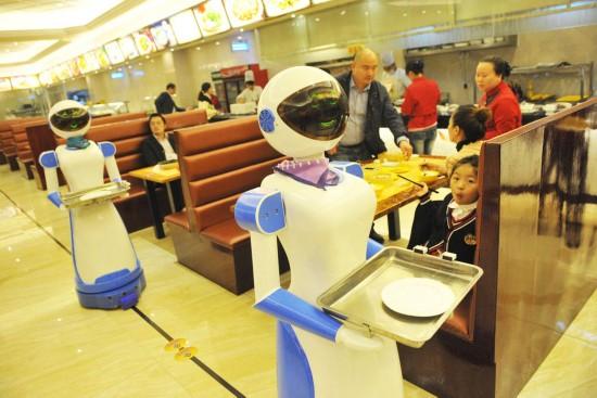 慈溪市联盛广场的一家港式餐厅推出了机器人送餐服务,新奇的创意