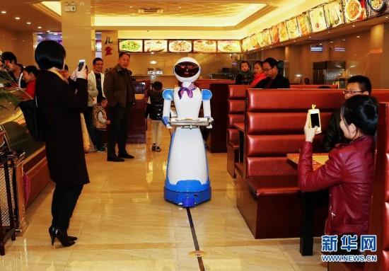 机器人送餐餐厅亮相浙江慈溪 组图