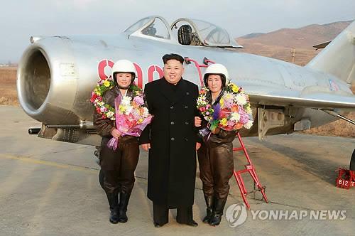 金正恩视察女歼击机飞行员训练亲自为其拍照