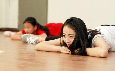 谢贝梅结合舞蹈专业,设计场景、道具、舞蹈,让每个学生都能参与其中。