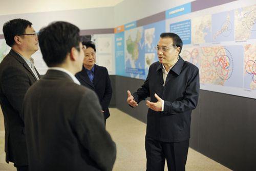 11月27日,李克强在国家博物馆参观人居科学研究展。