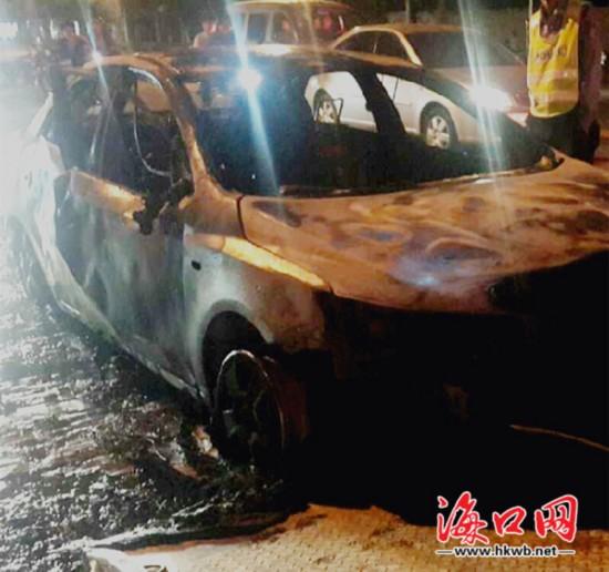 起亚轿车保养后莫名自燃烧成车架 火焰高3米