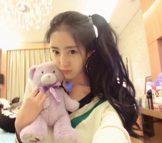 """赵若语毕业于吉林艺术学院舞蹈系,五官精巧似娃娃。2011年,她参加《西游天下》官方""""我是大明星""""活动以高人气雄踞榜首,被称""""纯美精灵""""。"""