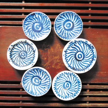 清代破瓷切割的茶杯垫,价格200元每片。