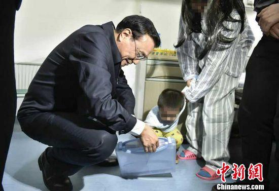 总理给艾滋患者宝宝送礼物 祝绘就多彩人生