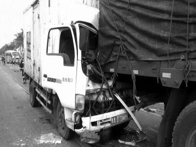 海口:两货车追尾 一名司机被困