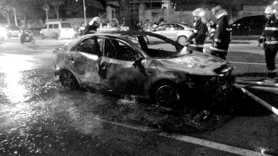 轿车行驶中自燃 烧成铁架