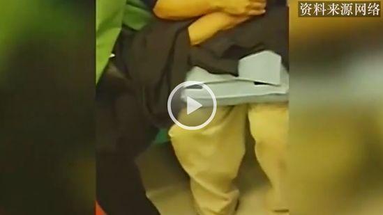 教授地铁上偷摸女子大腿