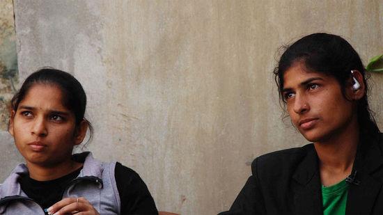 印度两姐妹公交车上遭骚扰 持皮带怒抽3名色狼