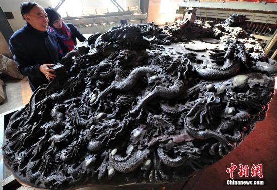 河北现18吨巨型砚台 表面雕刻有56条中国龙