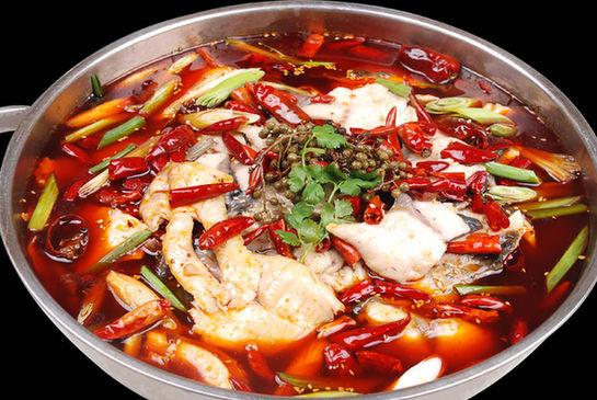 将翻炒后的土豆和白菜,豆腐,粉条等一同放入火锅中.7.