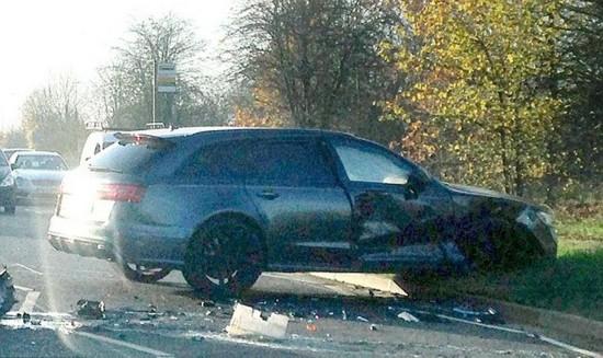 据英国《每日邮报》当地时间12月1日报道,前球星贝克汉姆在接15岁的儿子布鲁克林回家途中发生车祸。据报道,贝克汉姆或肩部轻微受伤,布鲁克林并无大碍。贝克汉姆所驾驶的奥迪RS6车头右侧部位受到了撞击,驾驶舱凹陷,与其相撞的三菱跑车发动机及变速箱受损严重。   而一个奇特的事情是,贝克汉姆在2011年时,在美国也曾发生过车祸,而当时追尾的车同样是一辆三菱跑车,据称,当时布鲁克林也在贝克汉姆的车中。(网页截图)
