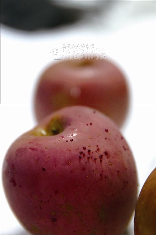 """女子买苹果用热水烫洗 10分钟后渗出""""血滴""""(图)"""