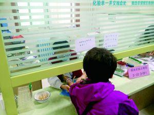 """前不久,在朝阳区一家社区卫生服务中心,一名""""替身""""进行采血。晨报记者"""