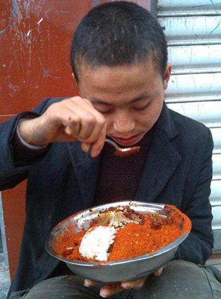 小伙患异食癖拿辣椒当零食 半亩地辣椒不够吃