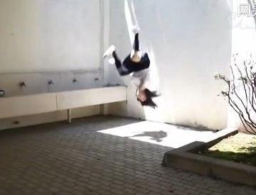 忍者学生妹帅呆了!水手服学生妹扮忍者跑酷飞檐走壁!