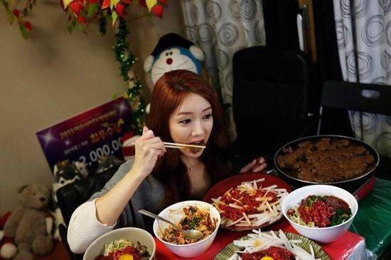 韩女子网上直播吃饭每天3小时月入5万