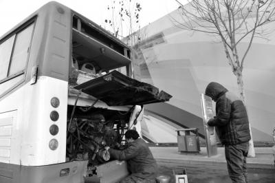 维修人员正在修理公交车。京华时报记者赵思衡摄